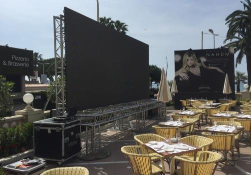 Ecran led geant exterieur au Festival de Cannes